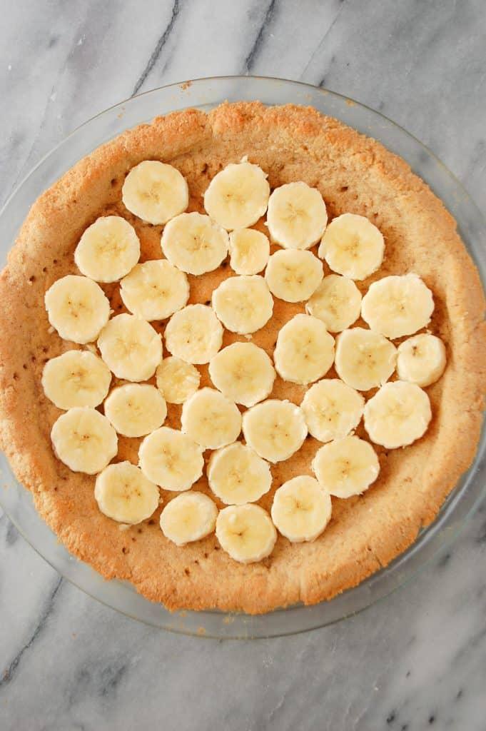 banana cream pie gluten free crust with banana slices