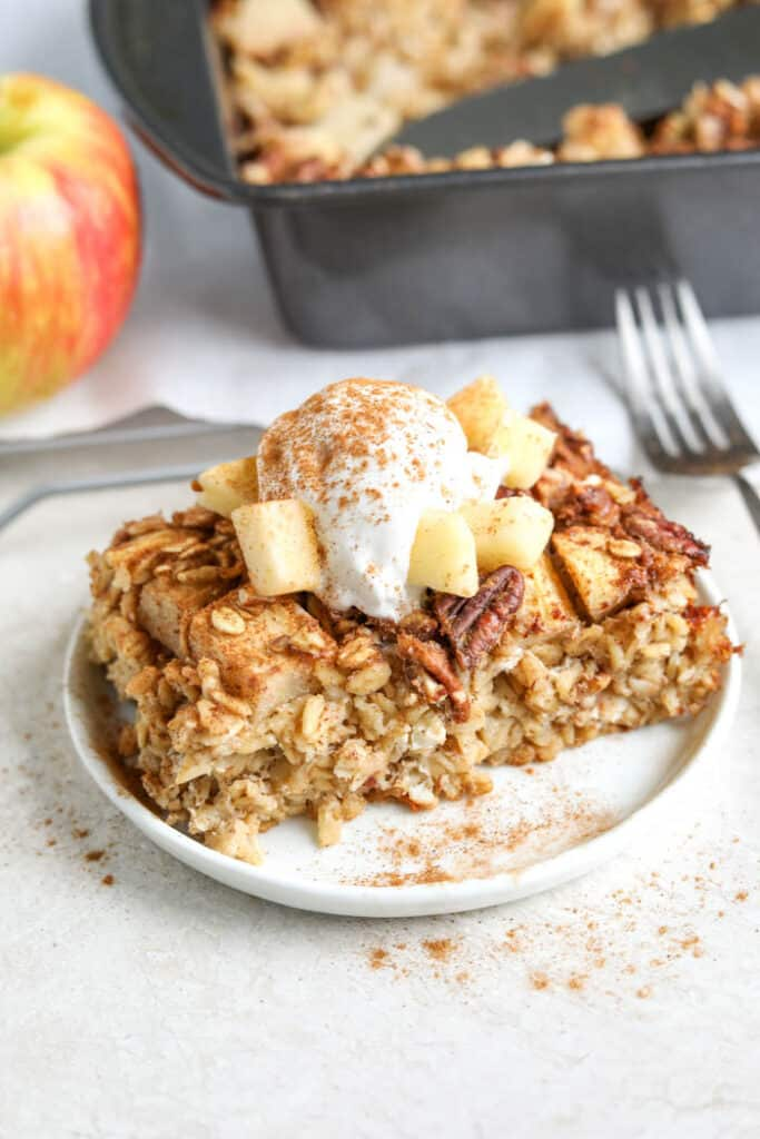 apple pie baked oatmeal with toppings